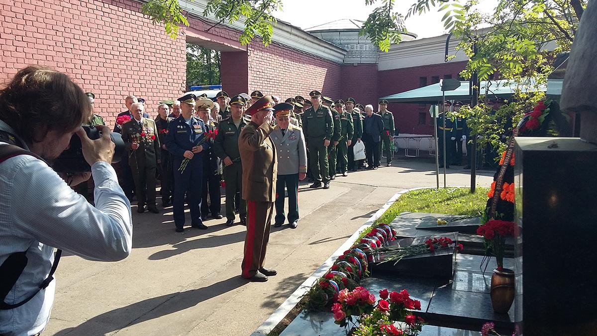 Возложение цветов на Новодевичьем кладбище